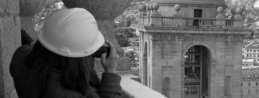Elsa Soria fotografiando un detalle del Monasterio de San Lorenzo del Escorial.