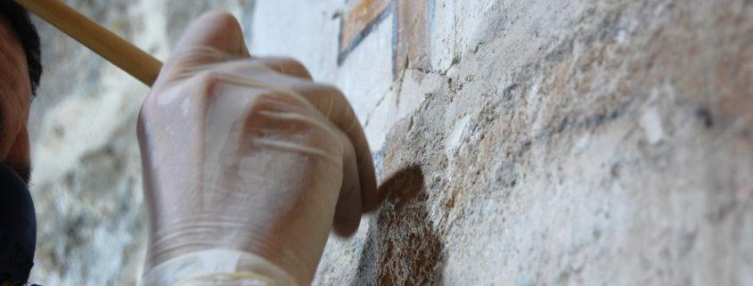 Un instante del proceso de limpieza mecánica de la hornacina de la iglesia de Redueña (Madrid).