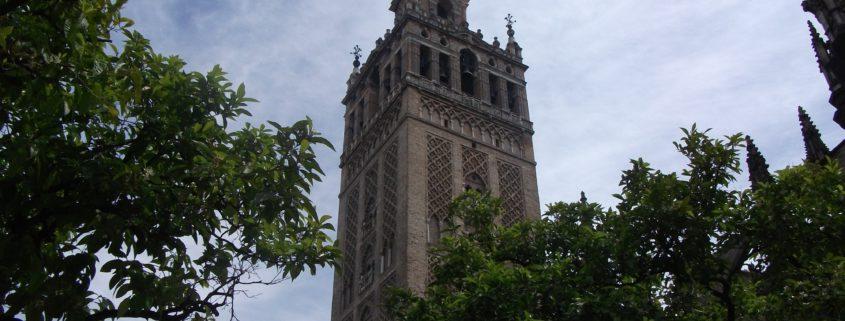 Cara oeste de La Giralda desde el Patio de los Naranjos.