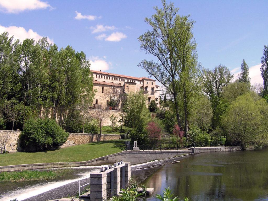 Vista del Monasterio de Santa María del Parral desde el río Eresma.