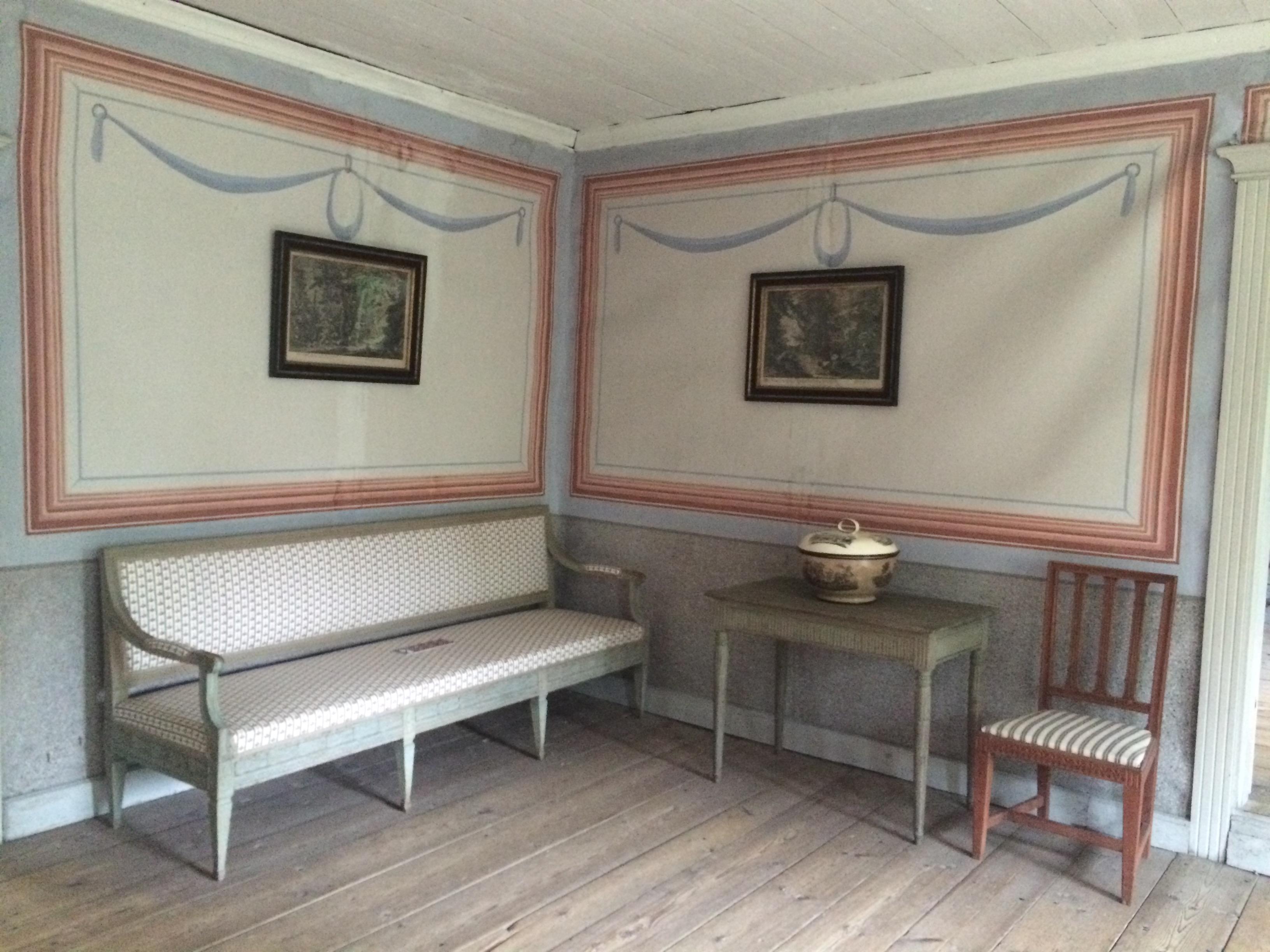 Estancia de una casa de finales del siglo XVIII con papel pintado decorando sus paredes.