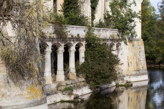 La naturaleza se hace paso sin control desde el interior del castillo de La Mothe-Chandeniers.