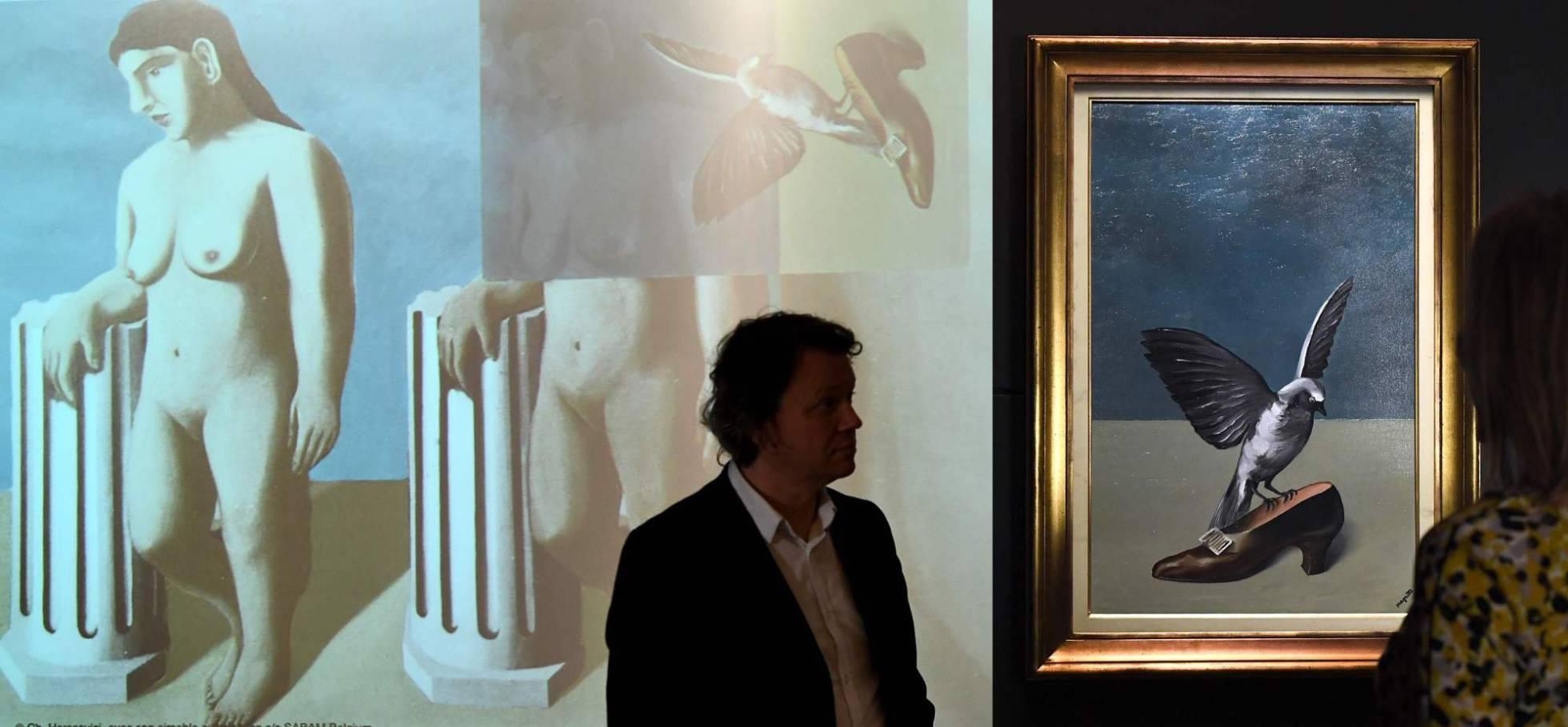 """A la izqda., reconstrucción virtual de """"La pose echantée"""". A la dcha., """"Die n'est pas un saint"""", obra que ocultaba la cuarta pieza del """"puzle"""" de Magritte."""