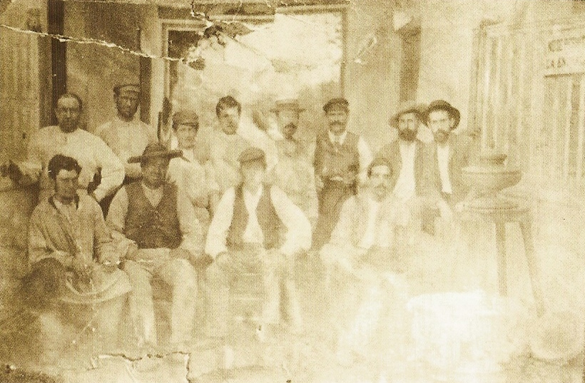 Los tres hermanos Zuloaga a la derecha de la fotografía.