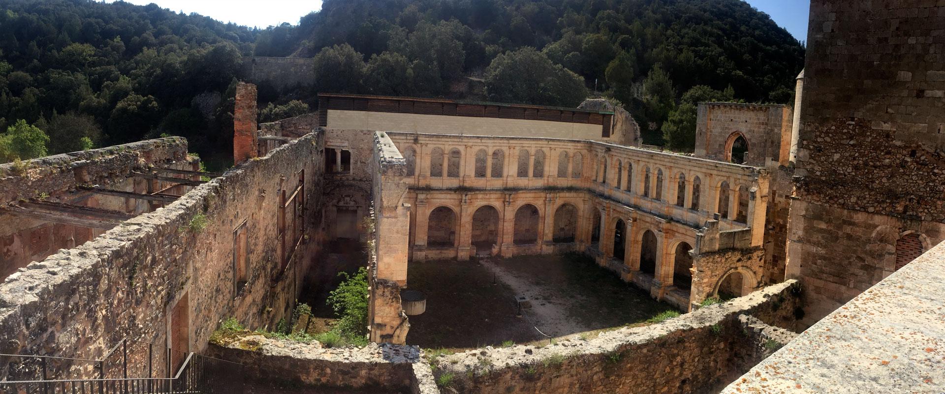 Panorámica de uno de los claustros del monasterio de San Pedro de Arlanza.