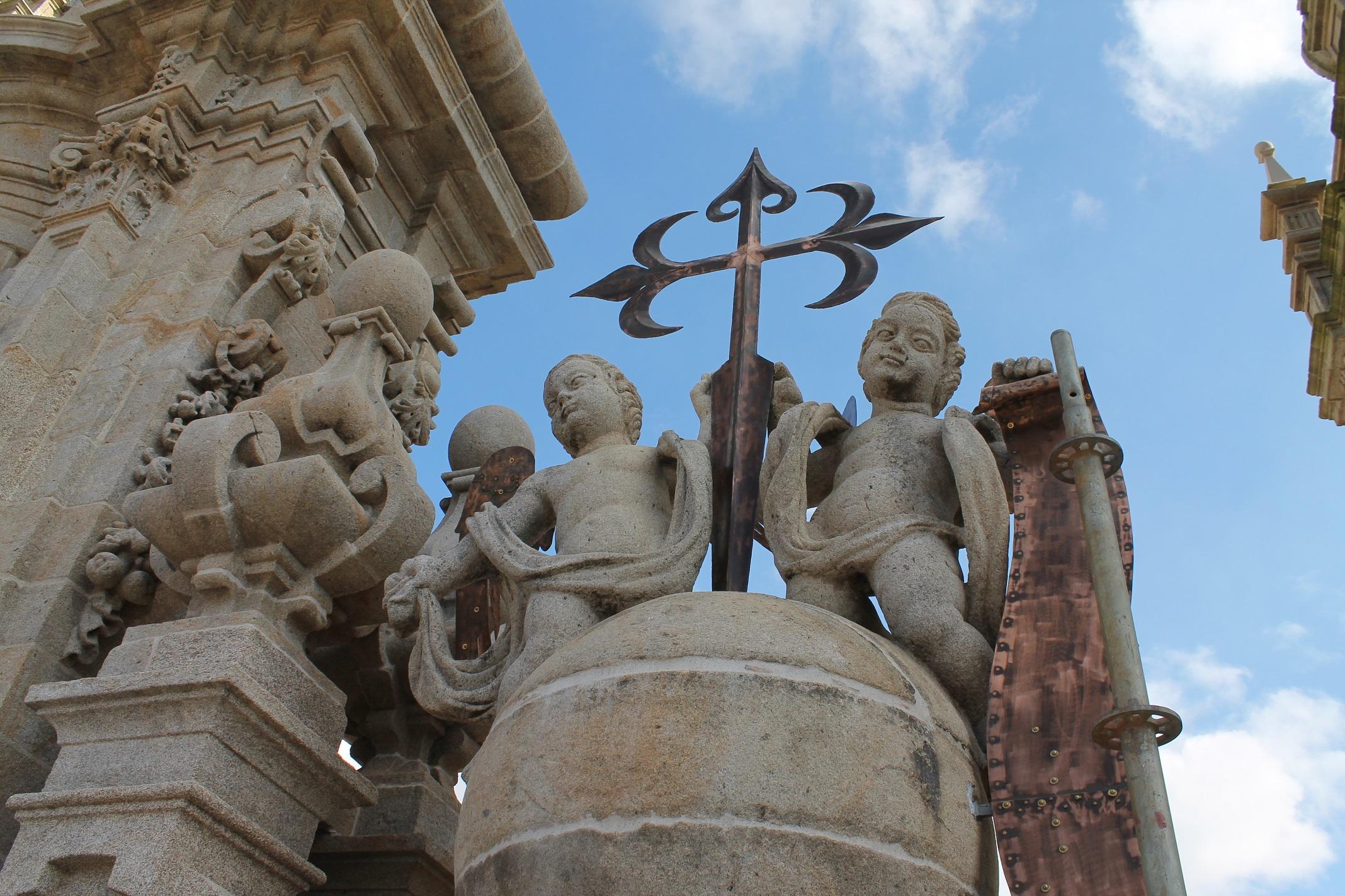Imagen de uno de los conjuntos escultóricos de la fachada del Obradoiro.