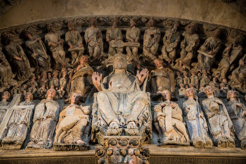 Pantocrator rodeado de diversas imágenes celestiales en el Pórtico de la Gloria.