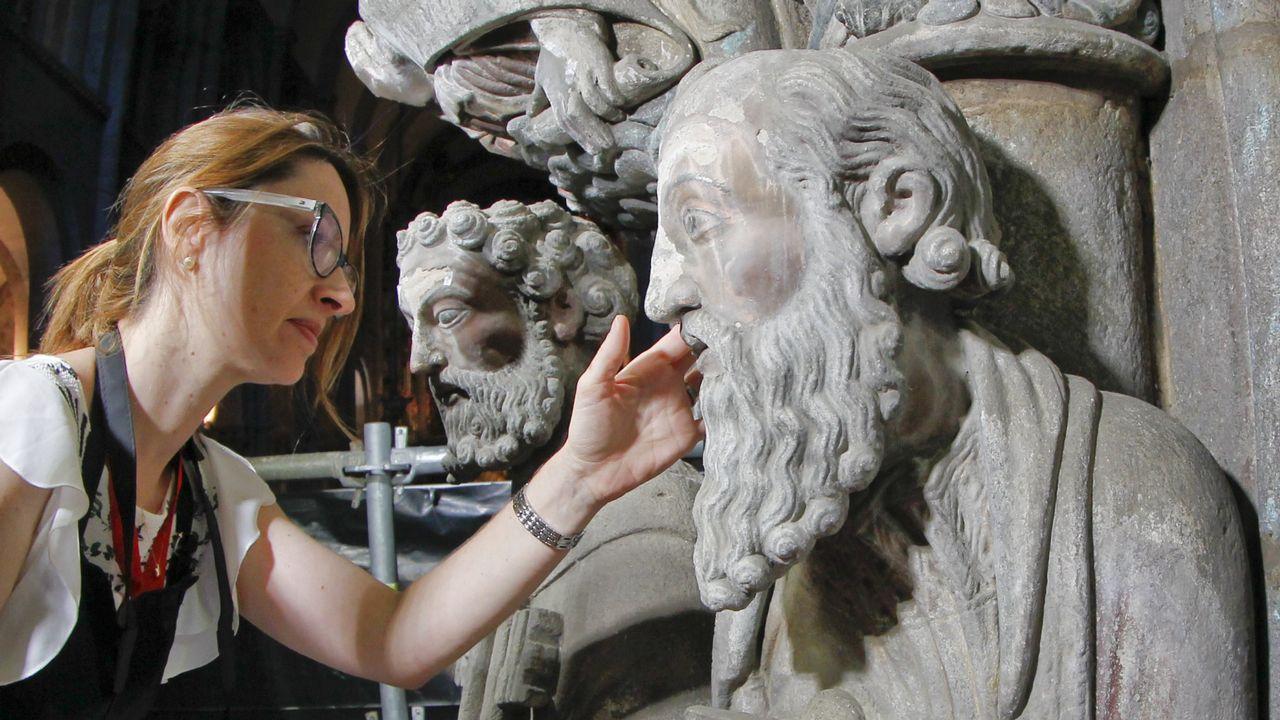 Restauradora analizando una de las figuras del Pórtico de la Gloria.