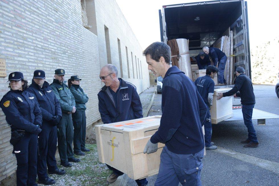 Cuerpos de seguridad públicos y privados custodiando las obras de Sijena (Huesca).