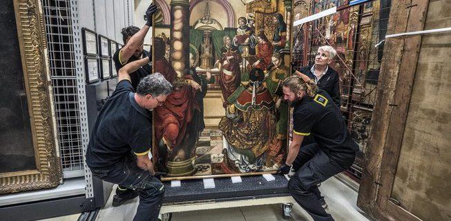 Traslado de una de las obras pertenecientes al Real Monasterio de Santa María de Sijena (Huesca) en diciembre de 2017.