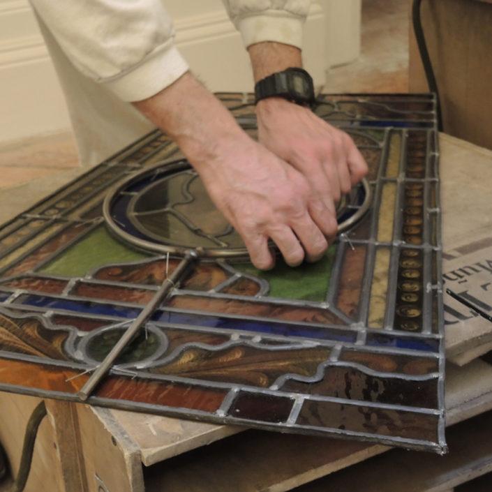 Trabajos en los paneles de la vidriera