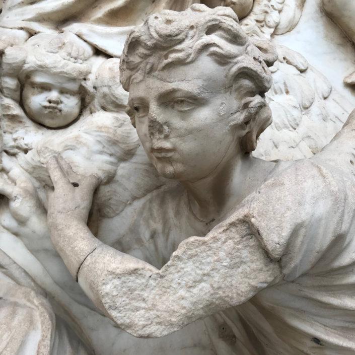 Estado del brazo de una de las figuras del relieve antes de su restauración
