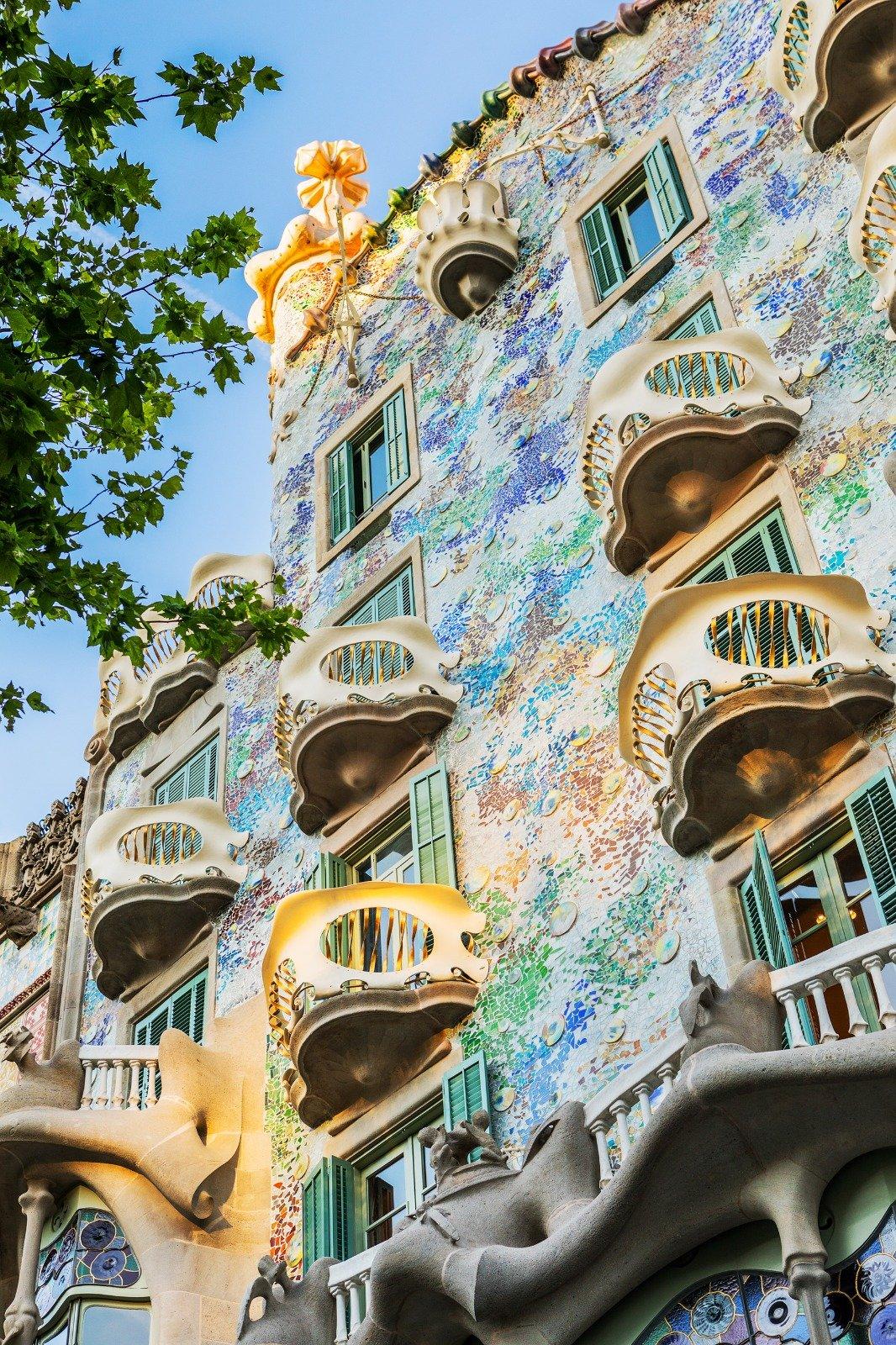 Imagen de la fachada en la que se pueden ver algunos de sus elementos más representativos, como el trecandís, sus balcones y ventanas, o la piedra de su parte inferior.