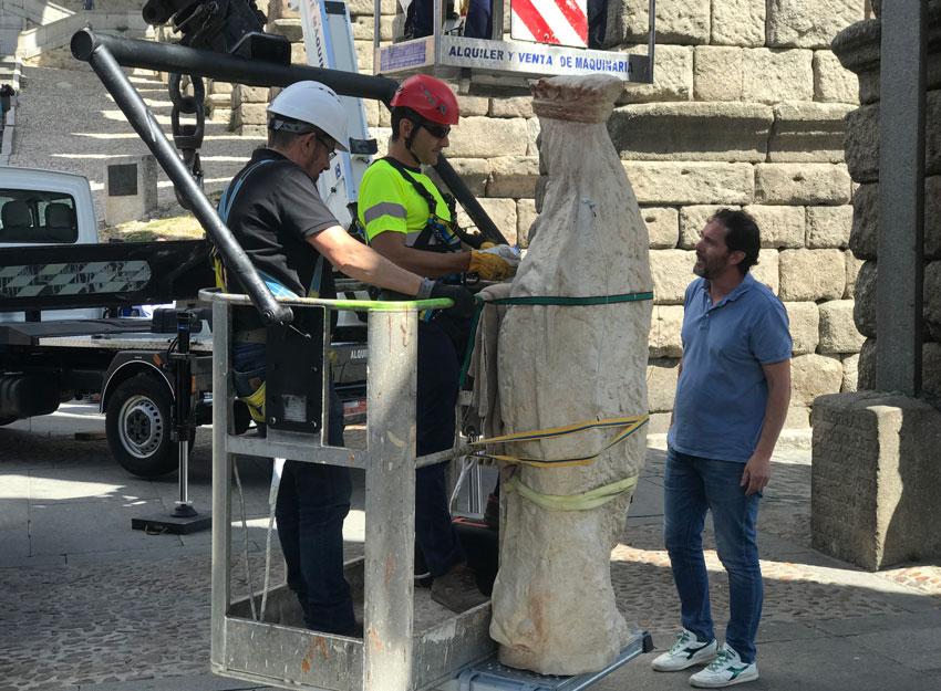 Subida de la réplica de resina de la Virgen del acueducto de Segovia.